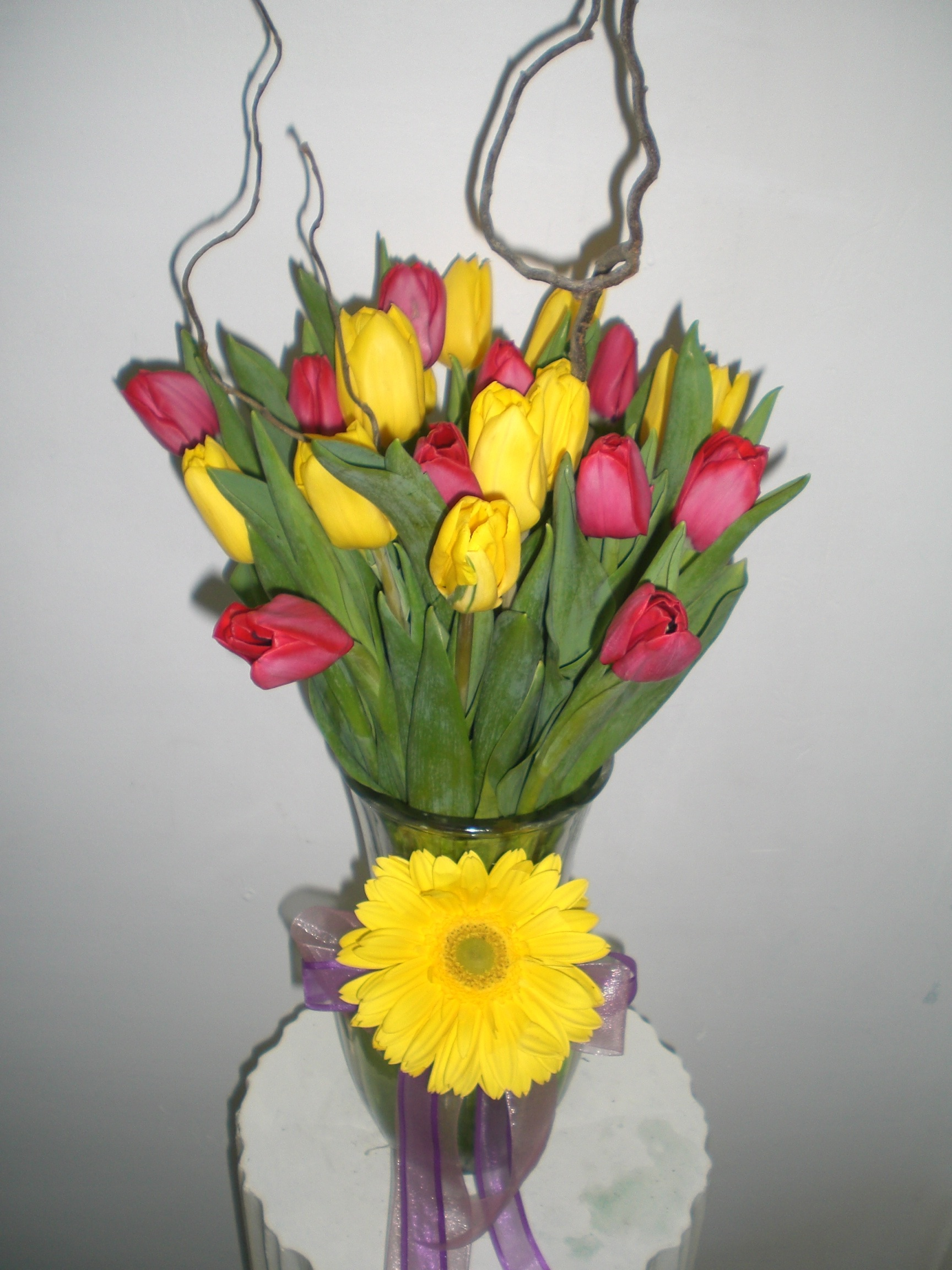 boniot florero de  20 tulipanes en base de vidrio 600 pesos