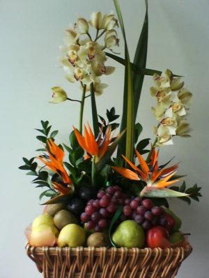 bonita canasta de frutas con cimbidios aves de paraiso orquideas  1500 pesos