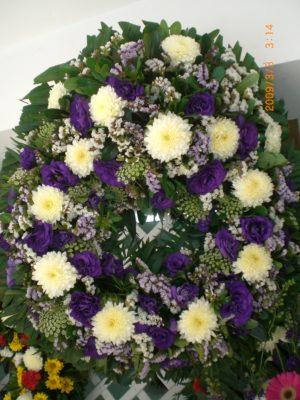 bonita corona de lisiantus y crisantemos tamano mediana 550 pesos