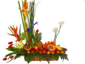 bonito arreglo tipo jardinera con frutas lilis y heliconias 750 pesos