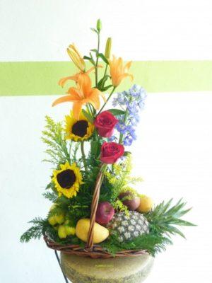 canasta de frutas con lilis y girasoles 450 pesos