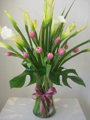 elegante florero de tulipanes y alcatracez en vase de vidrio 600 pesos