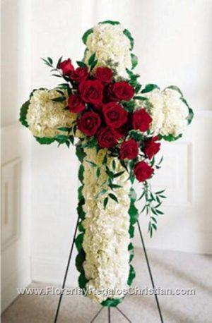ene09_Cruz de claveles y rosas$700