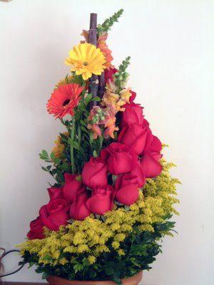 hermoso arreglo en forma de espiral de rosas gerberas solidago  900 pesos 3