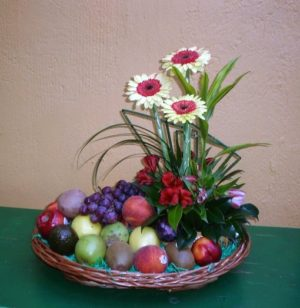 bonita canasta de frutas y gerberas  650 pesos